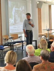 Steffen Emrich erläutert die Stärken gemeinschaftlicher Ökonomie.